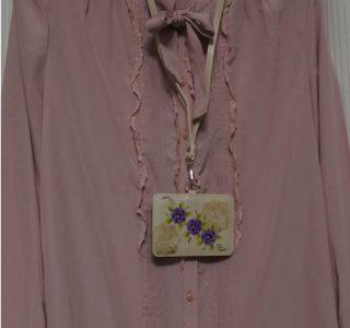 紫の花のカードホルダー(アイボリー)minneに出品しました